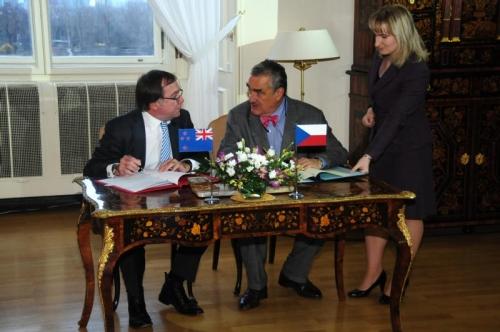 ministři zahraničí Murray MyCully a Karel Schwarzenberg